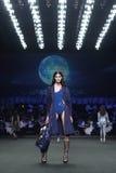 ` 2017 novo de Homme Spring//Summer do ` do ` SIRIVANNAVARI da coleção do desfile de moda e do ` do ` S no modelo real Imagem de Stock