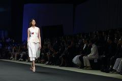 ` 2017 novo de Homme Spring//Summer do ` do ` SIRIVANNAVARI da coleção do desfile de moda e do ` do ` S no modelo real Fotografia de Stock Royalty Free