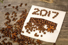 2017 novo dos feijões de café no envelope branco Foto de Stock