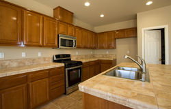 Novo ou remodele a cozinha residencial Fotos de Stock Royalty Free