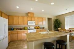 Novo ou remodele a cozinha residencial imagens de stock