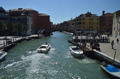 Novo River Canal In Santa Chiara With Nice Boats Sailing em Veneza Curso, feriados, arquitetura 28 de março de 2015 Veneza, Vênet imagens de stock