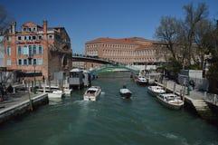 Novo River Canal In Santa Chiara With Nice Boats Sailing in Venetië Reis, Vakantie, Architectuur 28 maart, 2015 Venetië, Veneto royalty-vrije stock foto