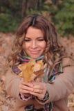Novo, sorriso e mulher bonita no parque do outono Imagens de Stock Royalty Free