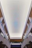 Novo tipo de iluminação do diodo emissor de luz usado no teto comercial moderno da construção Fotografia de Stock
