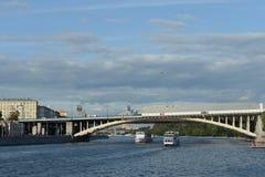 Novoandreevsky bro över Moskvafloden royaltyfria foton