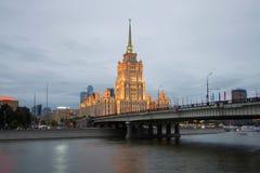 Novoarbatsky桥梁和旅馆`乌克兰`拉迪森皇家旅馆夜照明的 莫斯科 库存照片