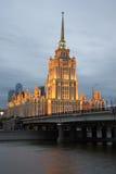 Novoarbatsky-Brücke und der düstere September Abend Hotel Ukraine moskau Stockbild