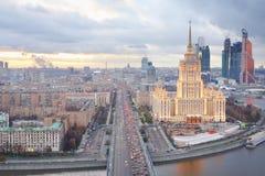 Novoarbatsky przerzuca most, Hotelowy Ukraineand Moskwa miasta biznesu kompleks Zdjęcie Royalty Free