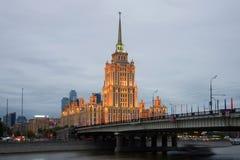 Novoarbatskybrug en van het hotelradisson van de Oekraïne het Koninklijke Hotel in de bewolkte September-avond moskou Royalty-vrije Stock Foto