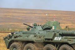 NOVOCHERKASSK, RUSLAND, 26 AUGUSTUS 2017: De Russische ritten van de gepantserde personeelsdrager in de militaire vurenwaaier Royalty-vrije Stock Afbeeldingen