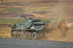NOVOCHERKASSK, RUSLAND, 26 AUGUSTUS 2017: De Russische ritten van de gepantserde personeelsdrager in de militaire vurenwaaier in  Stock Afbeeldingen