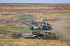 NOVOCHERKASSK, RUSLAND, 26 AUGUSTUS 2017: Moderne Russische tank met een materiaal voor ontmijning Royalty-vrije Stock Fotografie