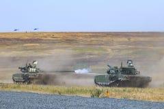 NOVOCHERKASSK, RUSLAND, 26 AUGUSTUS 2017: Russische moderne tank t-90 beweegt zich bij de militaire opleidingsgrond en de spruite Royalty-vrije Stock Afbeelding