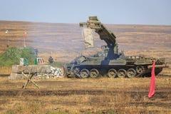 NOVOCHERKASSK, RUSSLAND, AM 26. AUGUST 2017: Die moderne russische gepanzerte Pioniersmaschine IMR-2 bei Arbeit am mili Lizenzfreies Stockbild