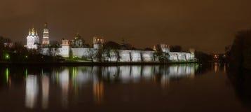 novodevichiy panorama för klosternatt Arkivfoto