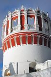 Novodevichy女修道院圆的塔在莫斯科 颜色冬天照片 免版税库存图片