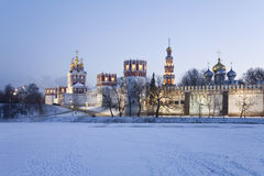 Novodevichy女修道院在冬天晚上。莫斯科 图库摄影