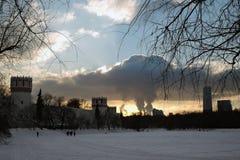 Novodevichy女修道院在日落的莫斯科 免版税库存图片