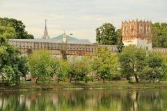 Novodevichy女修道院的堡垒墙壁的看法 图库摄影