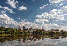 Novodevichy女修道院,亦称Bogoroditse-Smolensky修道院在与反射的夏天在池塘 库存图片