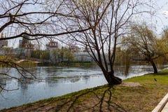 Novodevichy女修道院,从Bolshoi Novodevichy池塘的看法 莫斯科俄国 免版税图库摄影