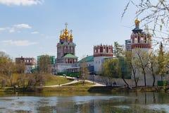Novodevichy女修道院,从Bolshoi Novodevichy池塘的看法 莫斯科俄国 免版税库存照片