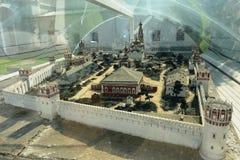 Novodevichy Bogoroditse-Smolensky修道院-正统女修道院在Devichie领域的莫斯科在Moskva河的弯的 免版税库存照片