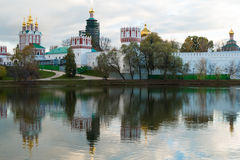 Novodevichy klasztor w stawie z odbiciem Fotografia Stock