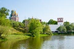 Novodevichy-Kloster, auch Bogoroditse-Smolenskykloster gelegen im südwestlichen Teil von Moskau auf Bank des Moskau-Flusses Lizenzfreie Stockfotografie
