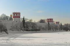 Novodevichy kloster, också som är bekant som Bogoroditse-Smolensky kloster 17 århundrade och stort Novodevichy damm i vinter mosc Arkivfoton