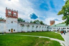 Novodevichy-Klosterwände und -türme Stockbild