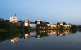 Novodevichyklooster (bij nacht), Moskou, Rusland Stock Foto