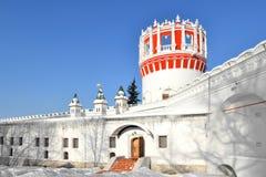 Novodevichyklooster, dat ook als Klooster bogoroditse-Smolensky wordt bekend De eeuw van Naprudnayatoren 17 moskou Stock Afbeelding