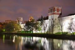Novoedevichy在微明的修道院墙壁的反射 免版税库存图片