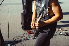 Novokuzneck,俄罗斯, 27 06 2017年:在街道上的吉他弹奏者戏剧 库存照片