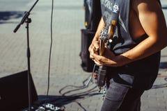 Novokuzneck,俄罗斯, 27 06 2017年:在街道上的吉他弹奏者戏剧 库存图片