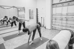 Novokuzneck,俄罗斯, 30 01 2018年:小组瑜伽类 免版税库存图片