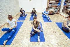 Novokuzneck,俄罗斯, 30 01 2018年:小组瑜伽类 库存照片