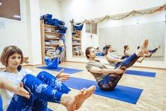 Novokuzneck,俄罗斯, 30 01 2018年:小组瑜伽类 图库摄影