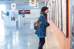 Novokuzneck,俄罗斯- 09 04 2018年:女孩在图片博物馆 免版税库存图片