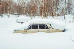 Novokuzneck,俄罗斯- 24 02 2018年:老汽车乱丢与雪 免版税库存照片