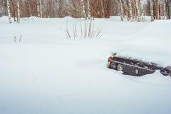 Novokuzneck,俄罗斯- 24 02 2018年:老汽车乱丢与雪 库存图片
