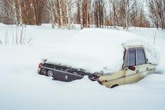 Novokuzneck,俄罗斯- 24 02 2018年:老汽车乱丢与雪 库存照片
