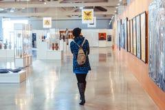 Novokuzneck, Ρωσία - 09 04 2018: κορίτσι στο μουσείο εικόνων Στοκ Φωτογραφίες