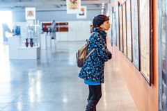 Novokuzneck, Ρωσία - 09 04 2018: κορίτσι στο μουσείο εικόνων Στοκ εικόνα με δικαίωμα ελεύθερης χρήσης