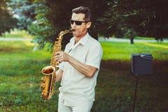 Novokuzneck, Ρωσία, 16 07 2017: παιχνίδια saxophonist στην οδό στοκ εικόνα
