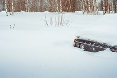 Novokuzneck, Россия - 24 02 2018: старый автомобиль засорян с снегом Стоковые Изображения