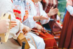 Novokuzneck, Rosja - 01 07 2018: kobiety w Rosyjskich kostiumach bawić się instrumenty muzycznych Zdjęcie Royalty Free