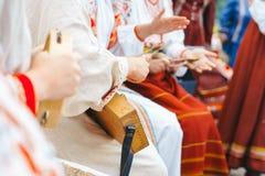 Novokuzneck, Rosja - 01 07 2018: kobiety w Rosyjskich kostiumach bawić się instrumenty muzycznych Obrazy Stock